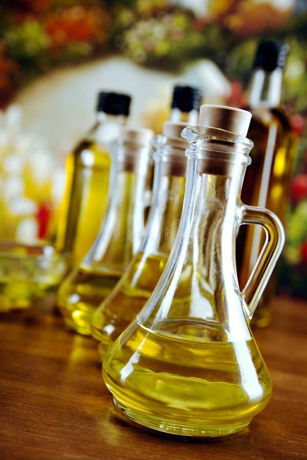 Оливка разливает крупный план по бутылкам стоковые изображения