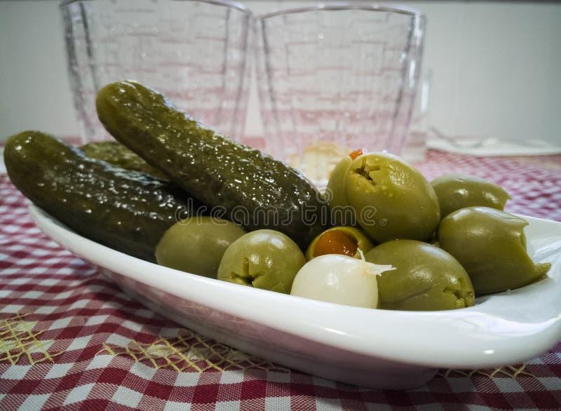 Оливки и овощи на небольшом подносе стоковое фото rf