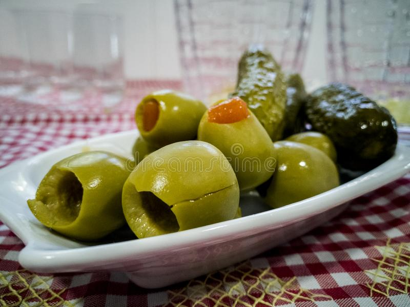 Оливки и овощи на небольшом подносе стоковое изображение