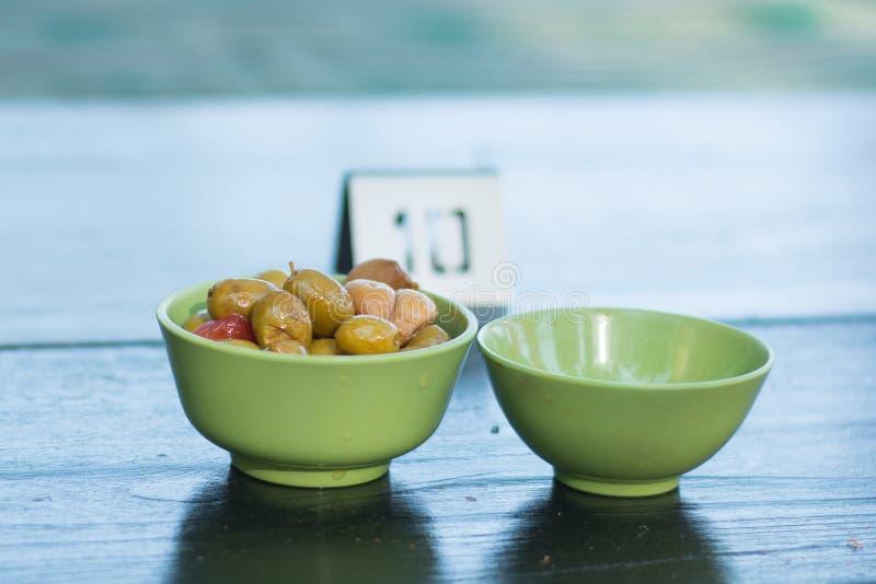 Оливки служили в плите стоковое фото