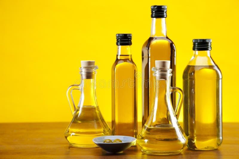 Оливковое масло и крупный план оливок стоковые фото