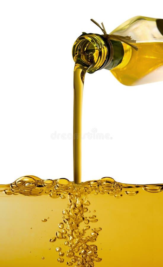 Оливковое масло политое от бутылки стоковое фото rf