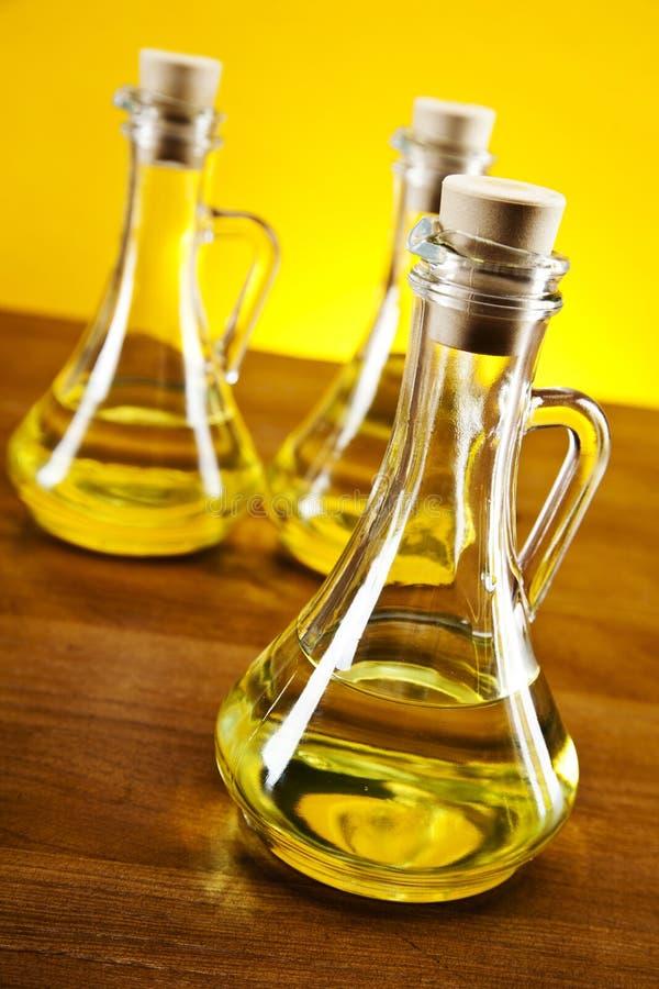 Оливковое масло разливает взгляд сверху по бутылкам крупного плана стоковая фотография rf