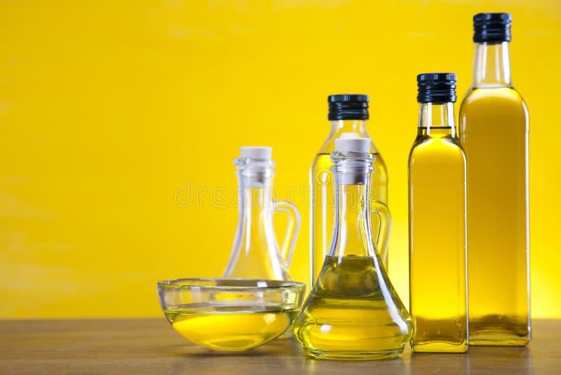 Оливковое масло разливает крупный план по бутылкам стоковые изображения rf