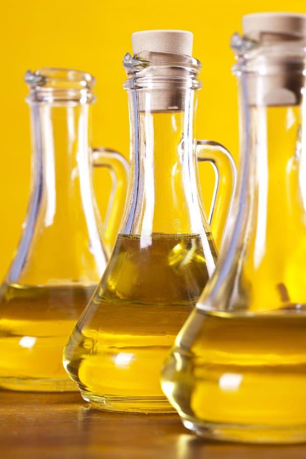 Оливковое масло разливает крупный план по бутылкам стоковая фотография