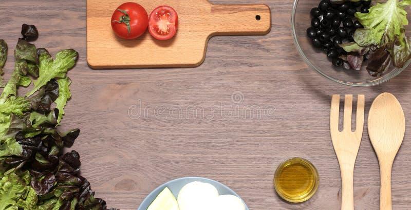 Оливковое масло томатов сыра моццареллы салата на деревянной доске Свежие продукты для диетического продукта стоковые изображения