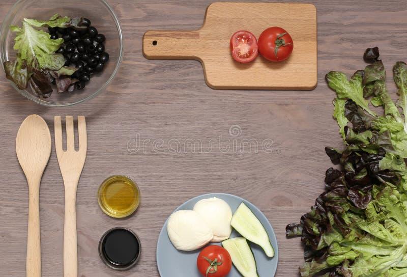 Оливковое масло томатов сыра моццареллы салата на деревянной доске Свежие продукты для диетического продукта стоковые фото