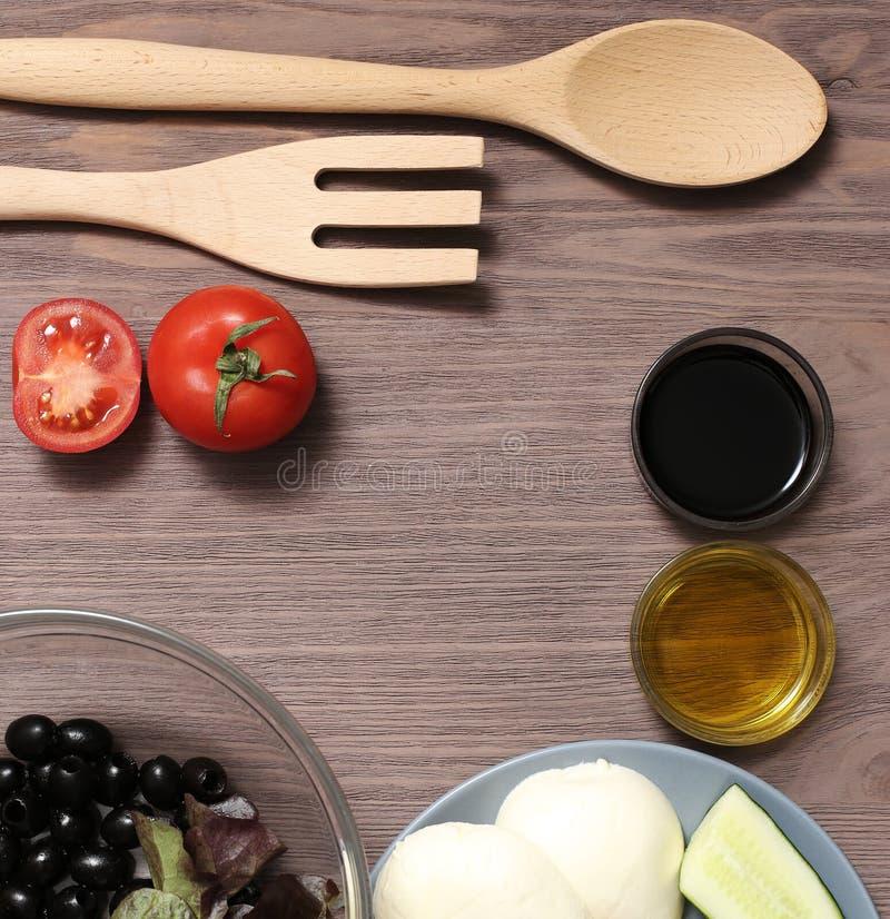 Оливковое масло томатов сыра моццареллы салата на деревянной доске Свежие продукты для диетического продукта стоковые изображения rf