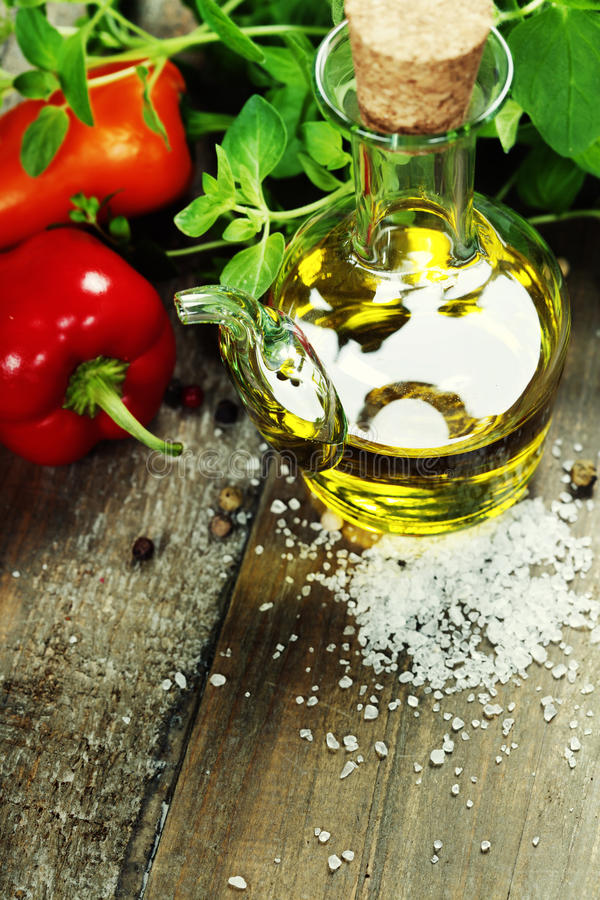 Оливковое масло, травы и специи стоковое изображение rf