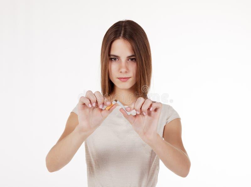 ломать девушку сигареты стоковая фотография rf