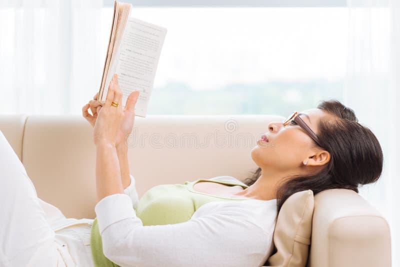 домашнее чтение стоковое изображение