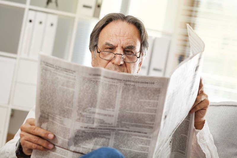 только читатель с газетой картинки уличные