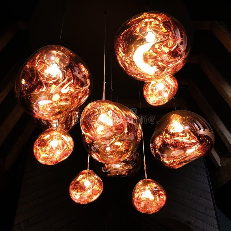 Омедняйте покрашенную привесную светлую установку в чердак с деревянными балками стоковые изображения
