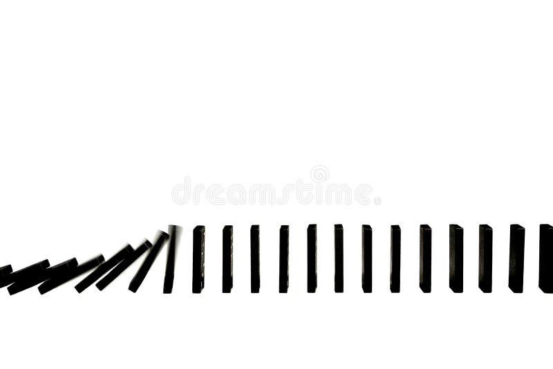 домино предпосылки вниз производит эффект понижаясь изолированная белизна частей красная стоковая фотография rf