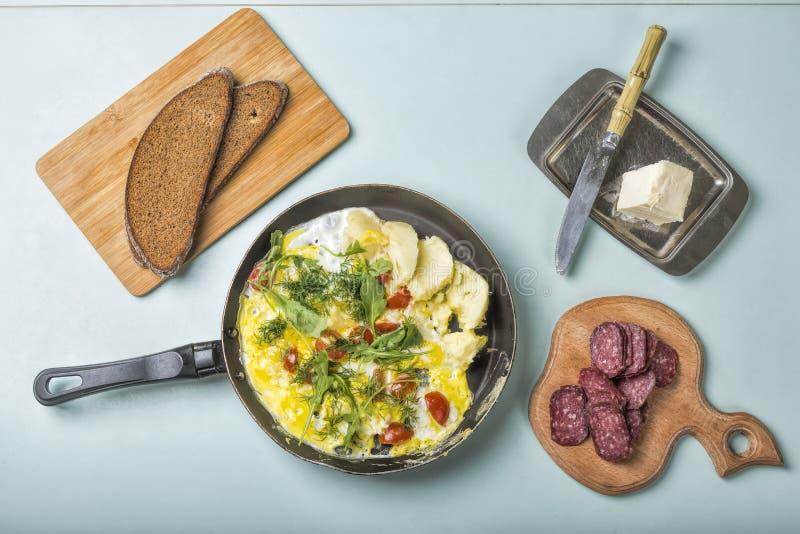 Омлет, завтрак, омлет, взгляд сверху, овощи, салями, грубый хлеб стоковое фото