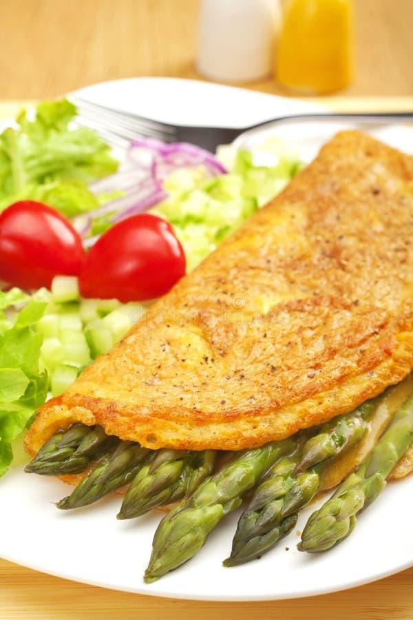 Омлет и салат спаржи стоковое фото rf