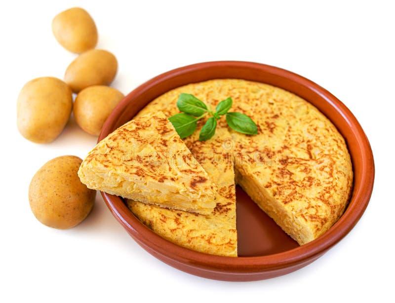 Омлет сделанный из изолированных яя и картошек на белой предпосылке Испанский омлет - традиционный tortilla тапа de patatas стоковая фотография rf