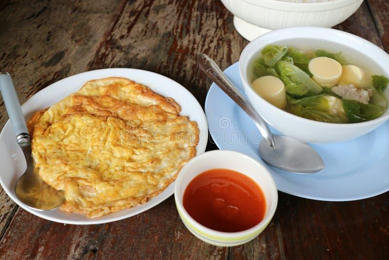 Омлет, соус chili и кипеть тофу Установленный на старом классическом деревянном поле стоковые фотографии rf