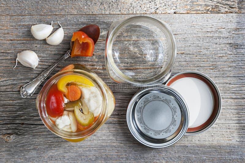 домодельные сохраненные овощи стоковое изображение