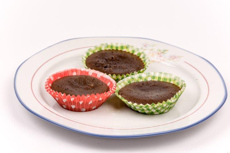 3 домодельных булочки шоколада на плите над whit стоковая фотография rf