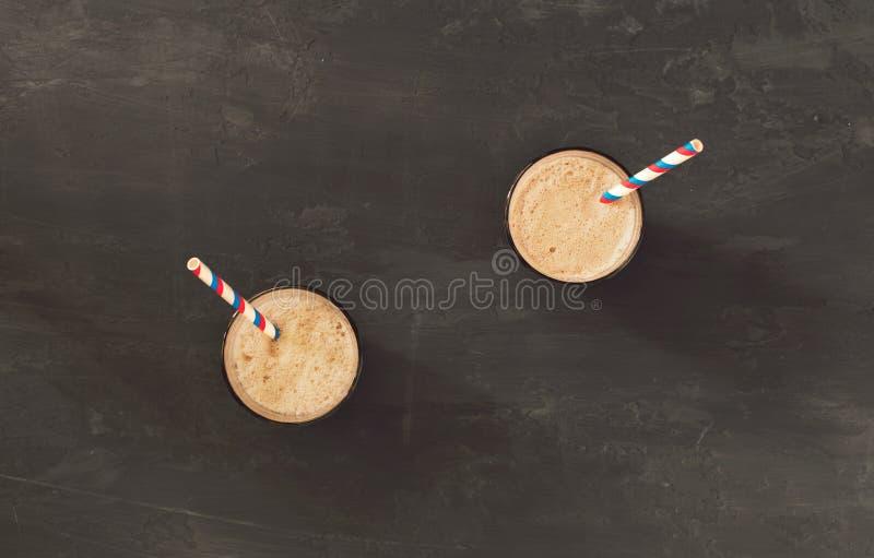 2 домодельных milkshakes шоколада с мороженым стоковое фото rf