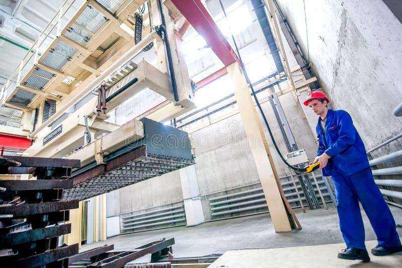 Омск, Россия - 28-ое апреля 2011: Продукция фабрики кирпича стоковая фотография rf