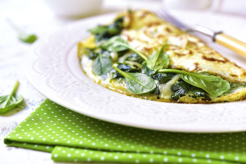 Омлет заполненный с шпинатом и сыром стоковая фотография