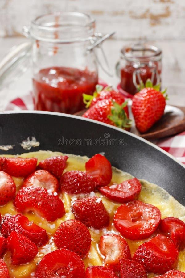 Омлет клубники на сковороде стоковые фотографии rf