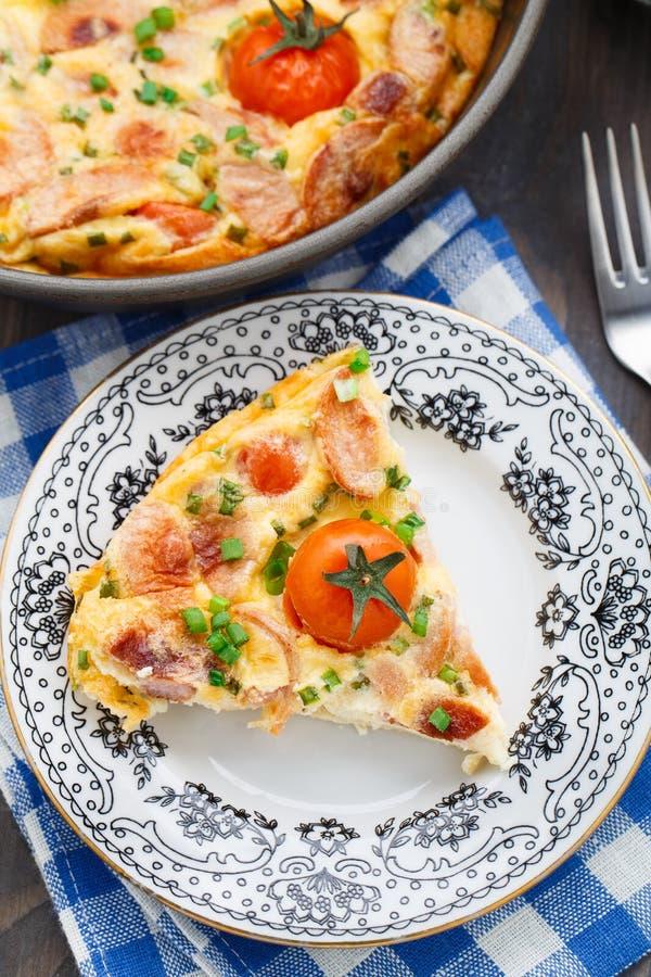 Омлет с томатами ветчины и вишни стоковые фотографии rf