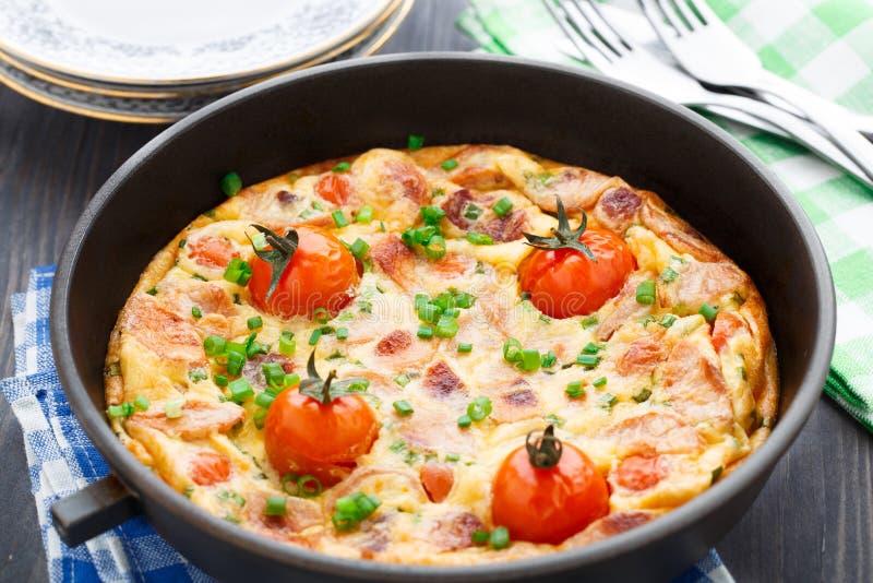 Омлет с томатами ветчины и вишни стоковая фотография