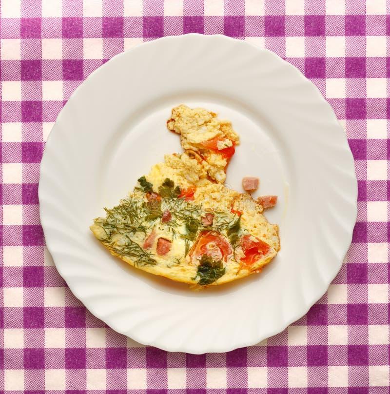 Омлет яичка с томатами стоковые фотографии rf