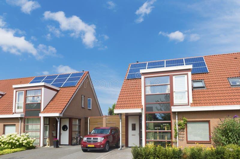 дом обшивает панелями солнечное стоковая фотография rf