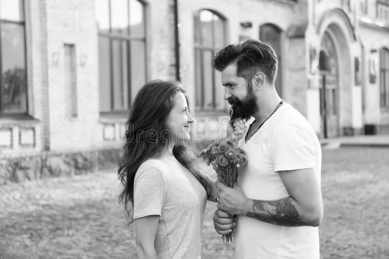 Она завоевала его сердце Пара влюбленных, счастливая годовщина пара влюблена счастливый день валентин любовь стоковое изображение rf