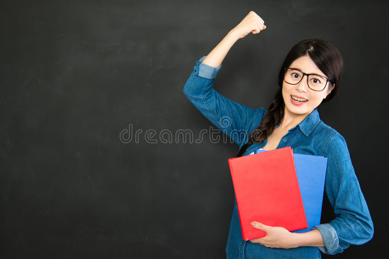 Она студент-выпускник успеха от самого лучшего университета мира стоковые изображения