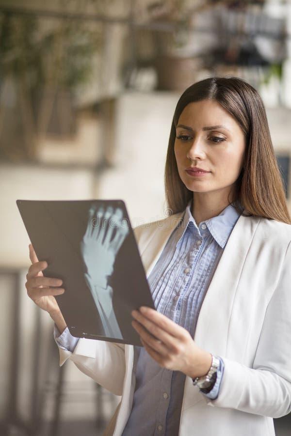 Она pro на рентгеновских снимках чтения стоковая фотография