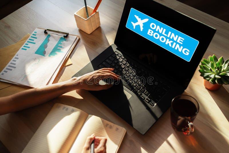 Онлайновая служба билета на самолет записывая на экране прибора Интернет и концепция технологии стоковое изображение rf