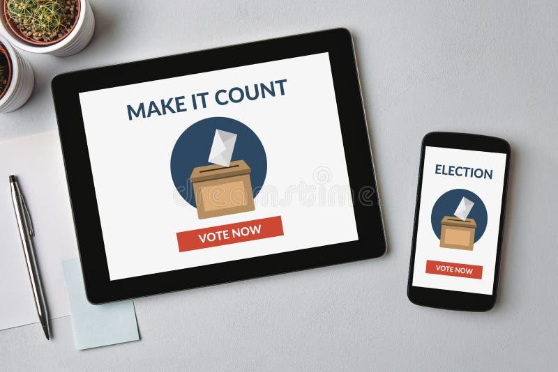Онлайн голосуя концепция на планшете и экране смартфона стоковые изображения