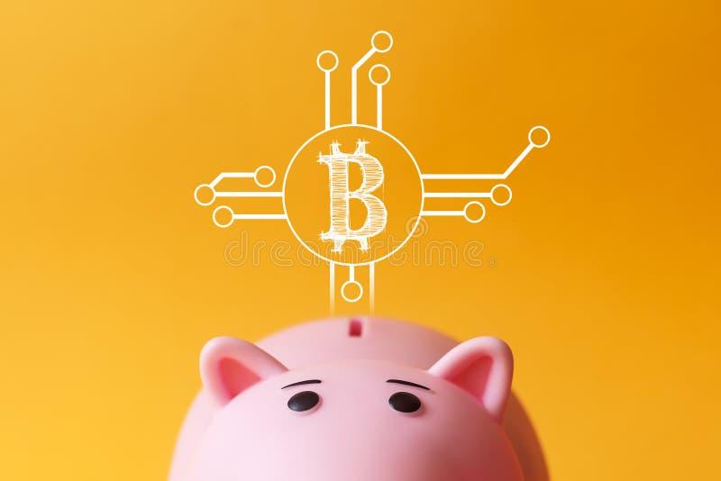 Онлайн заработок, копилка, дети сохраняет bitcoin стоковое изображение
