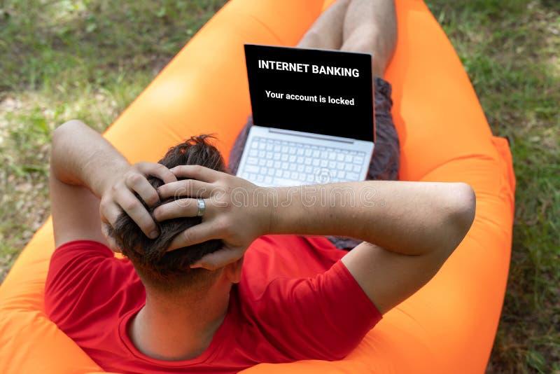 Онлайн концепция аферы, ошибка банка интернета Ваше accaunt запирается на экране ноутбука стоковая фотография rf