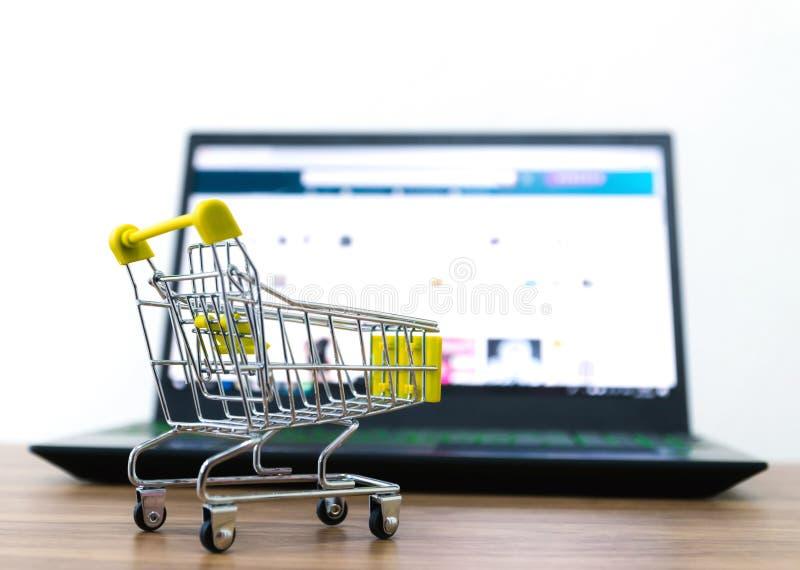 Онлайн надувательство тележки shopping удобства ecommerce стоковая фотография
