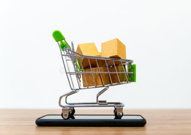 Онлайн надувательство тележки shopping удобства ecommerce стоковое изображение rf