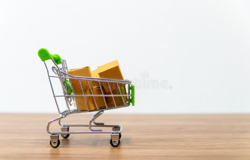 Онлайн надувательство тележки shopping удобства ecommerce стоковое изображение
