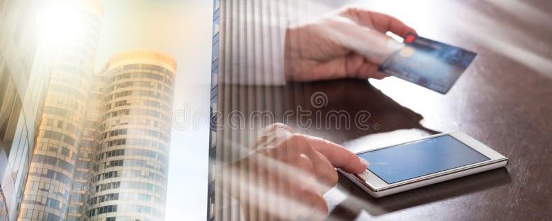Онлайн-платеж со смартфоном; множественная выдержка стоковое изображение rf