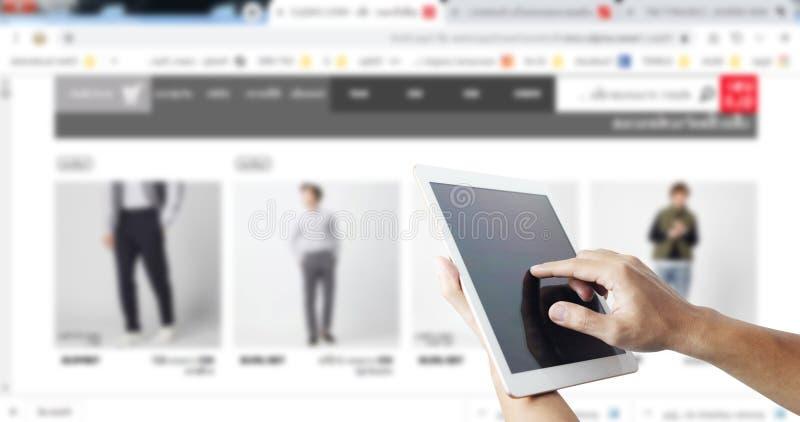 Онлайн покупки везде покупки одежды используя концепцию планшета технологии стоковое изображение rf