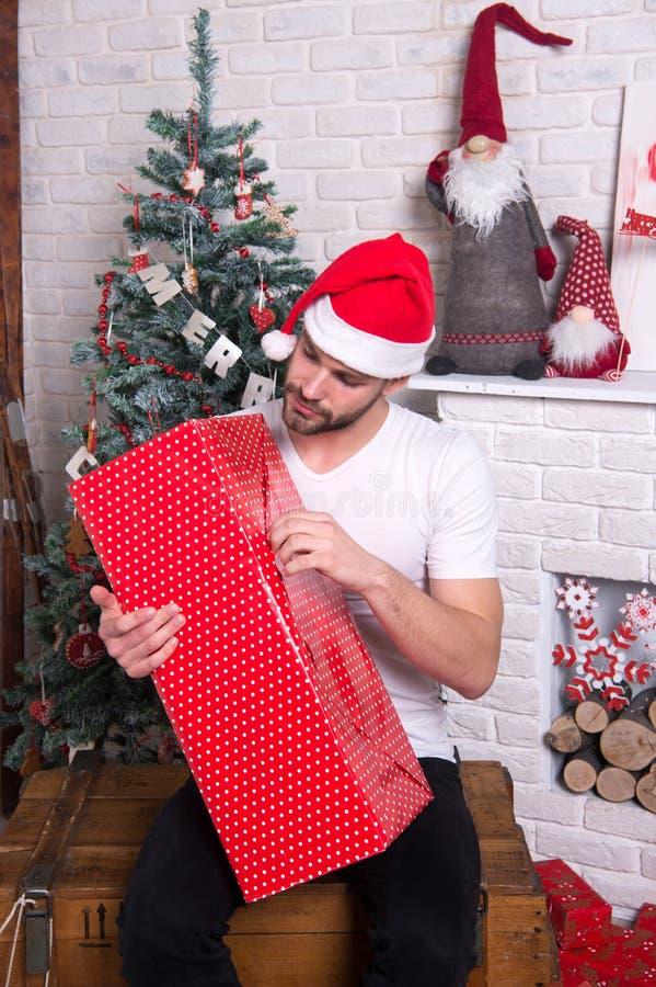 Онлайн покупки рождества Сцена Нового Года с деревом и подарками Подарки рождества поставки человек в рождестве владением шляпы s стоковая фотография rf