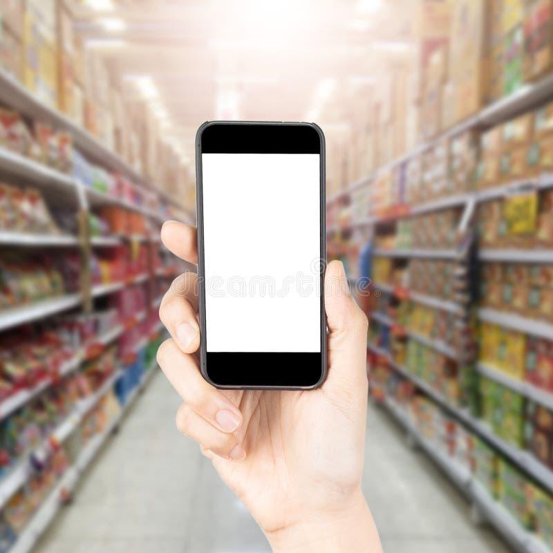 Онлайн покупки через социальные средства массовой информации стоковые изображения rf