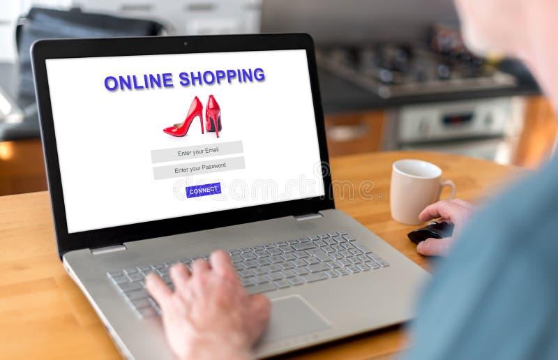 Онлайн ходя по магазинам концепция на ноутбуке стоковое фото rf