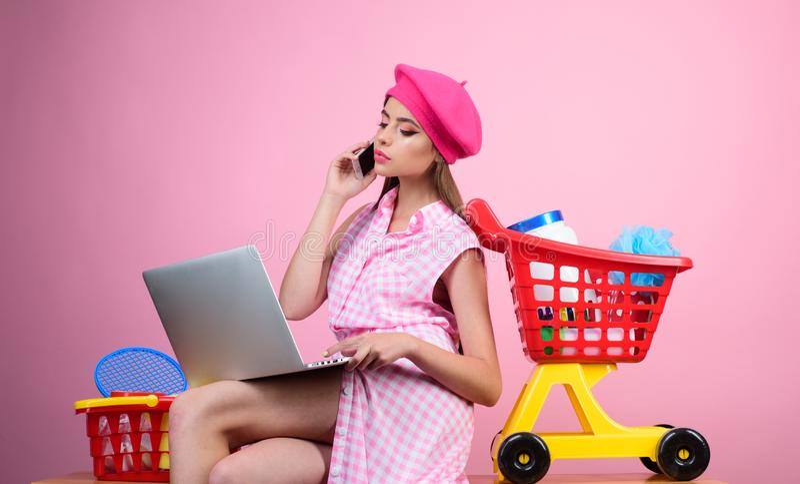 Онлайн ходя по магазинам app сбережения на приобретениях ретро женщина идет ходить по магазинам с полной тележкой счастливая деву стоковые фотографии rf