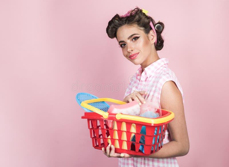 Онлайн ходя по магазинам app счастливая девушка наслаждаясь онлайн покупками ретро женщина пойти ходить по магазинам с полной тел стоковое фото rf