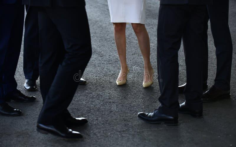 Оно легко спаривает с костюмом для офиса женщины ботинок пяток высокие Ботинки классических людей Человеческие ноги в деле стоковая фотография